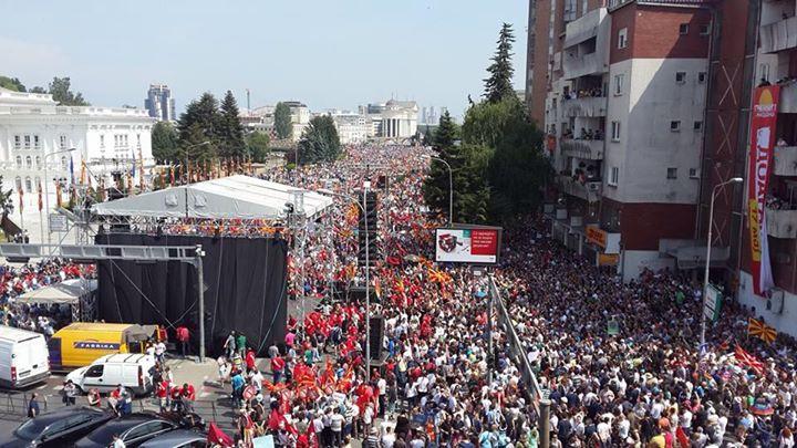 ФОТО: Десетици илјади граѓани на протест пред Владата на Република Македонија