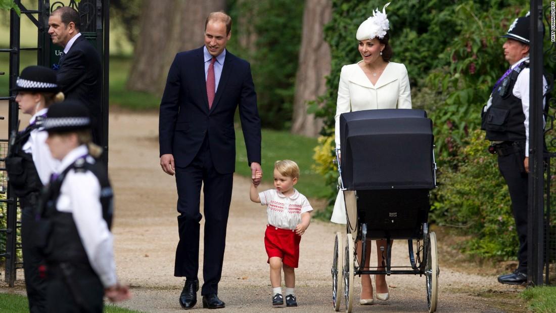 """ФОТОГАЛЕРИЈА: Принцот Џорџ """"главна ѕвезда"""" на крштевката на принцезата Шарлот"""