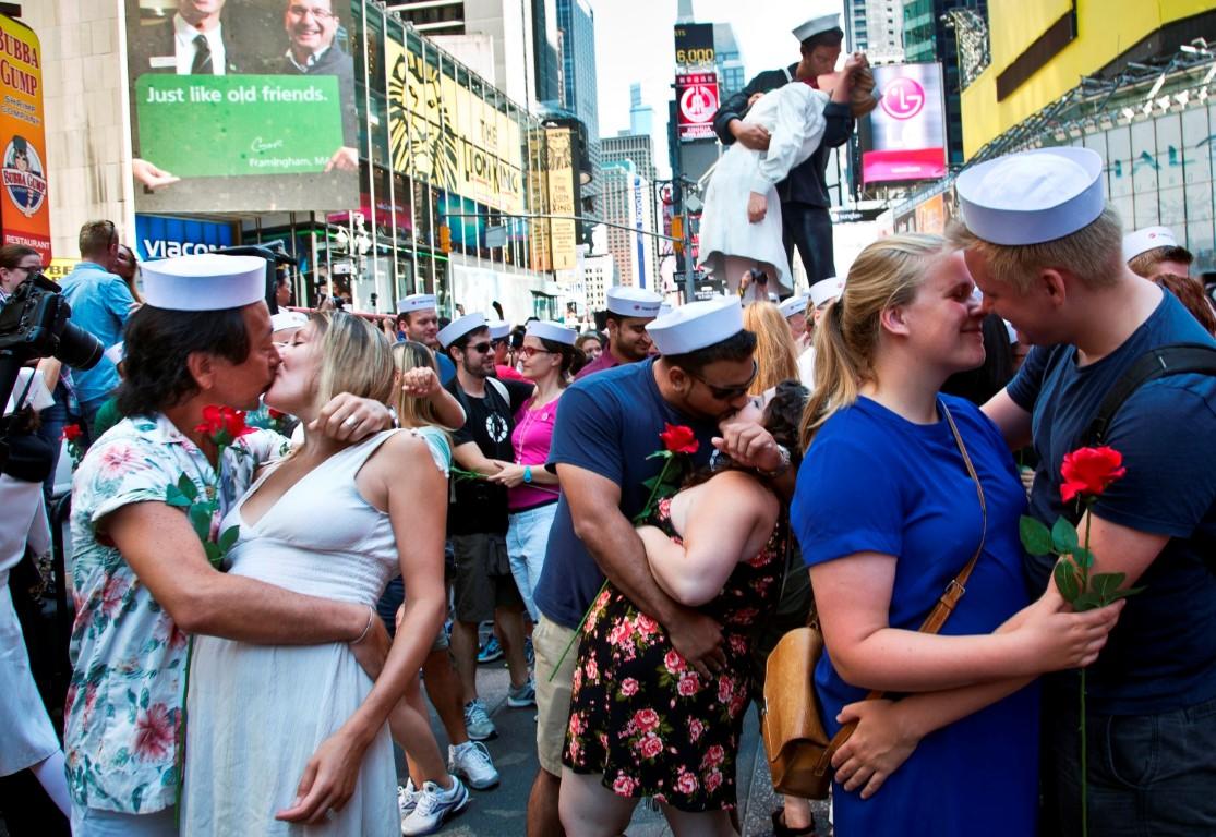 """ФОТО: Околу 200 двојки се бакнуваа на """"Тајмс Сквер"""" во Њујорк"""