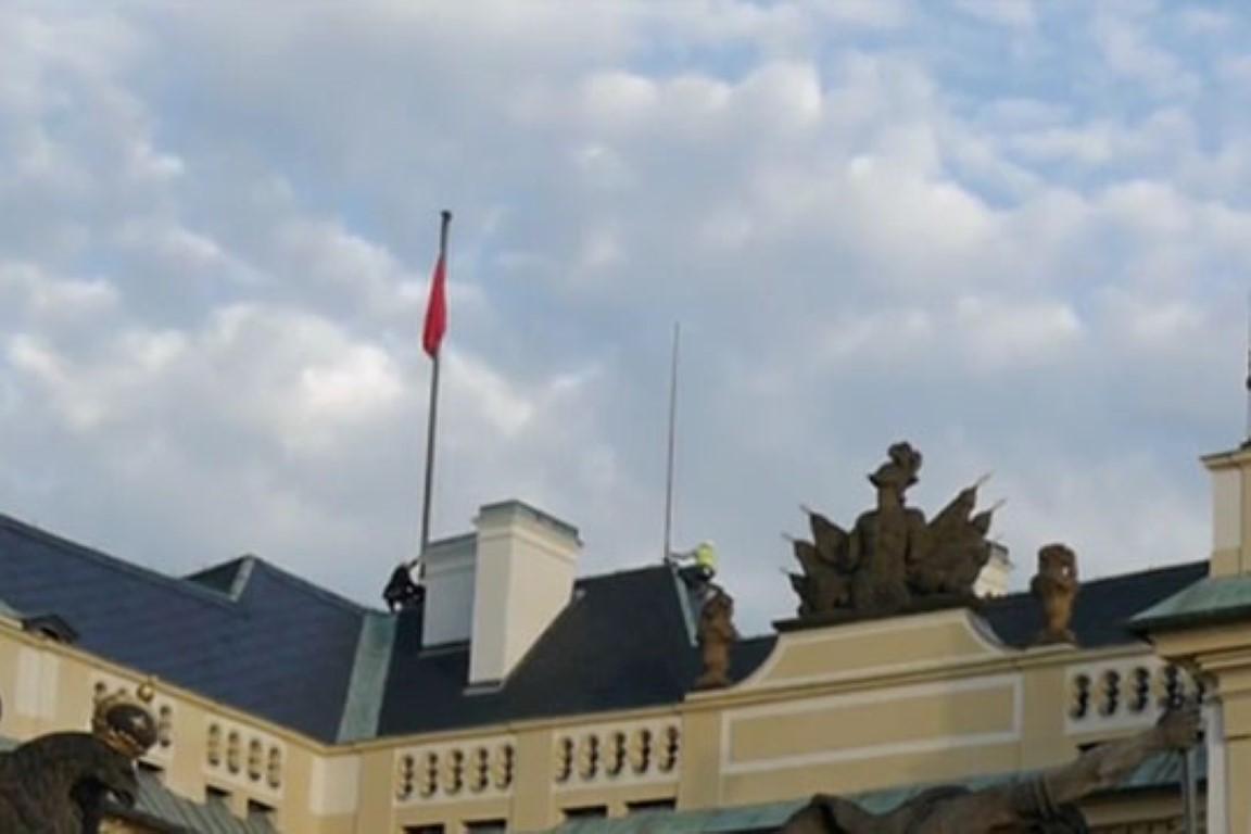 ФОТО: Огромни црвени гаќи обесени на Претседателската резиденција во Прага