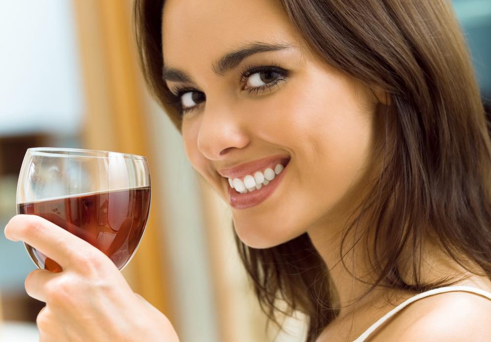 Како да се избегне потемнување на забите поради црното вино