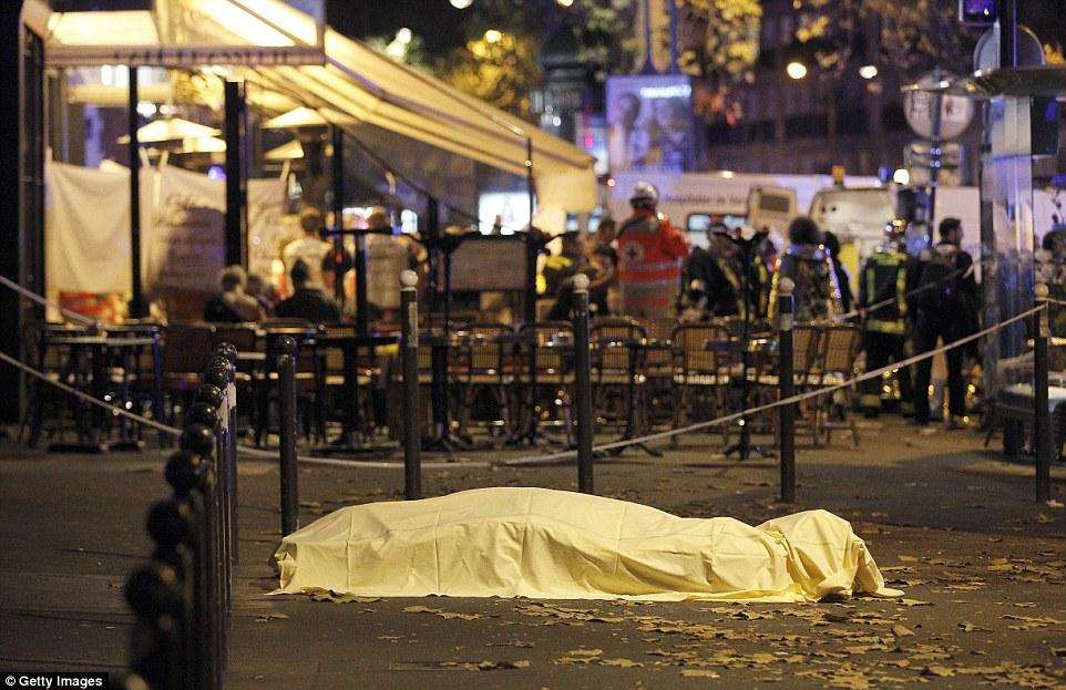 ВОЗНЕМИРУВАЧКО ВИДЕО: Хоророт во Париз - мртви луѓе на улиците, обид за бегство преку балконите
