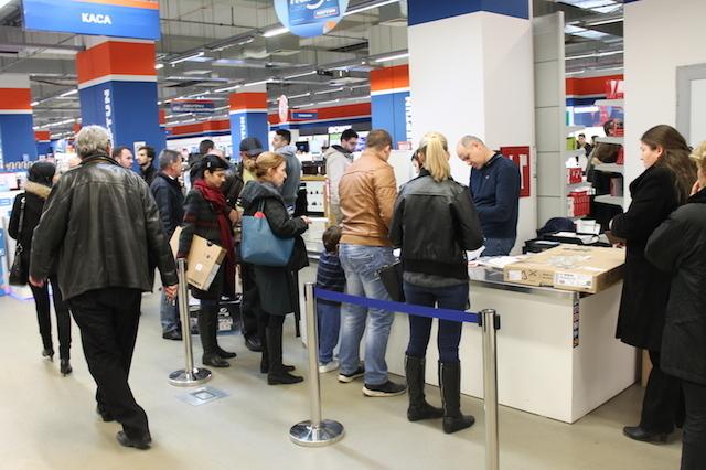 Шопинг манијата на Black Friday направи гужви во Skopje City Mall: Попустите и  акциите привлечни за Македонците