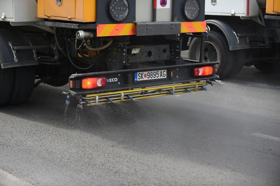 ФОТОГАЛЕРИЈА: Започна прскањето на градските сообраќајници со Калциум Магнезиум Ацетат