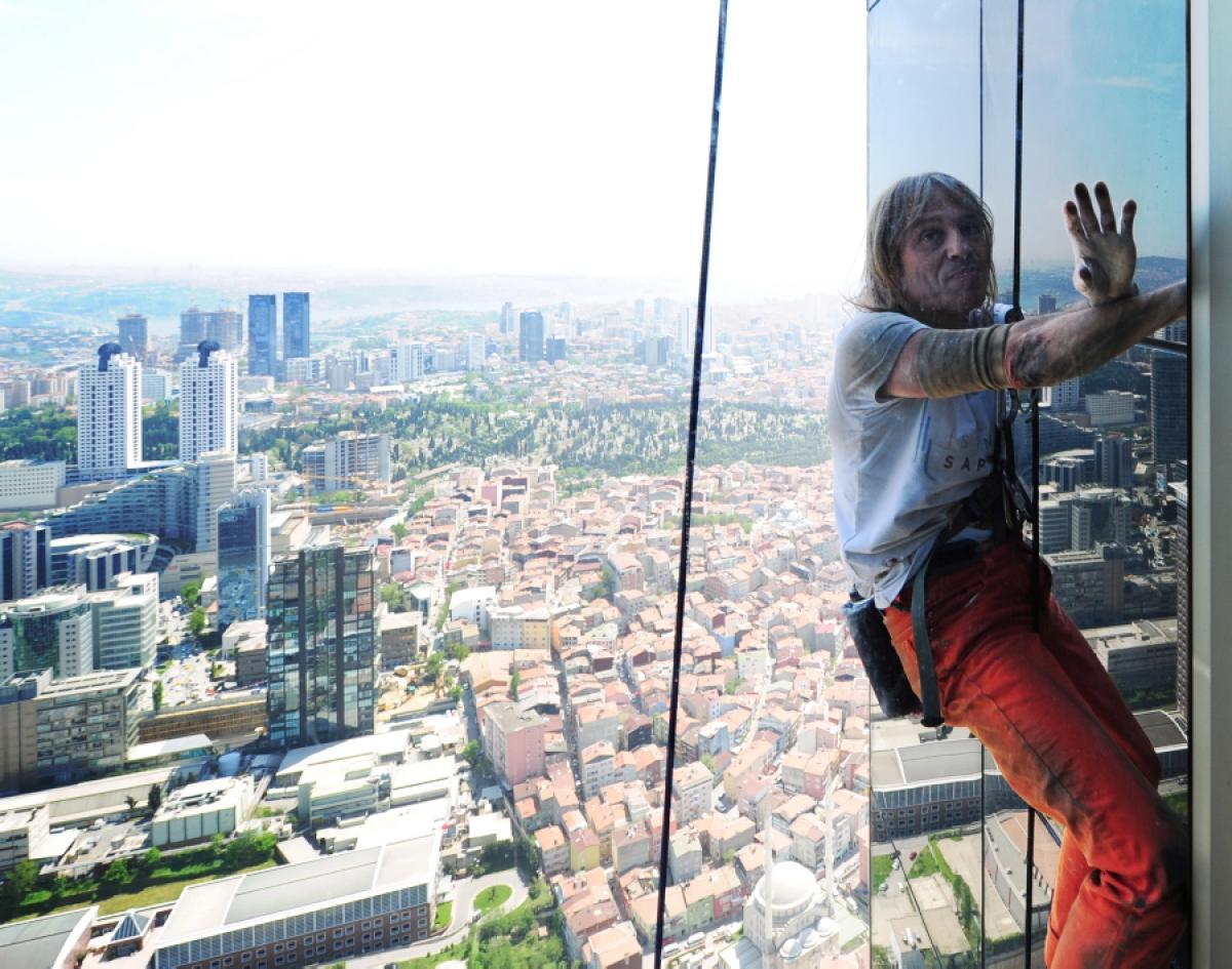 """""""Францускиот спајдермен"""" Алан Роберт со раце се искачи на 38 спратови високата кула Ариан во Париз"""