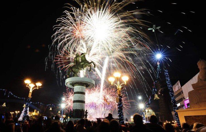 Почна новогодишното украсувањето на Скопје