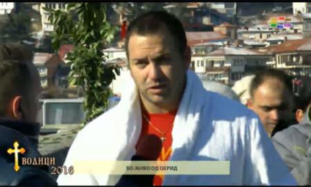 ВОДИЦИ ВО ОХРИД: Петар Рупески го фати светиот крст во Охридското Езеро