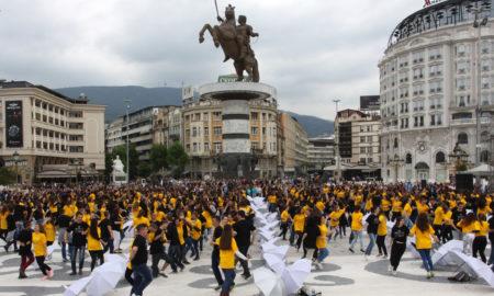 """Матурантите танцуваа квадрил на плоштад """"Македонија"""" (ФОТОГАЛЕРИЈА)"""