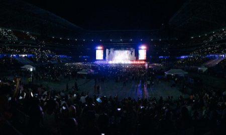 """СВЕТЕШЕ ЦЕЛА САЛА: Ријана ја посвети """"Diamonds"""" на жртвите од нападот во Ница (ВИДЕО)"""