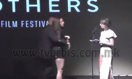 """ИНЦИДЕНТ НА ЗАТВОРАЊЕТО: Поради откажаниот перформанс, девојка ги фрли патиките на сцена на """"Браќа Манаки"""" (ВИДЕО)"""