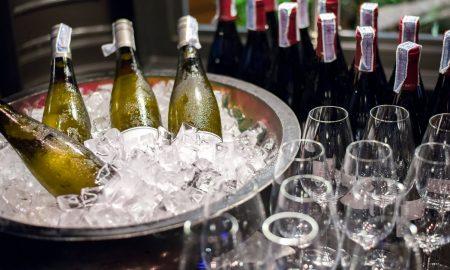 Како најбрзо да се излади виното (ВИДЕО)
