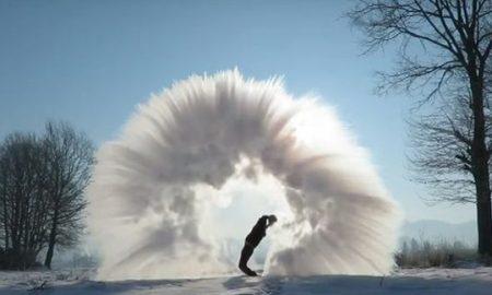 Што се случува кога ќе фрлите врела вода во воздух на минус 30 степени (ВИДЕО)