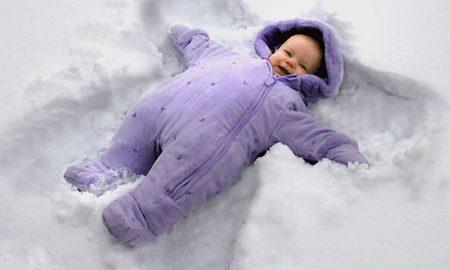 Надвор е минус, како да го облечете бебето за прошетка?