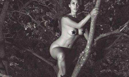 Ким Кардашијан се фотографирала гола, качена на дрво