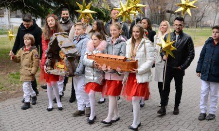 """МАГИЈА ЗА ПРАЗНИЦИТЕ:  Македонските пејачи ја испеаја божиќната """"Вечниот Бог"""" (ВИДЕО)"""