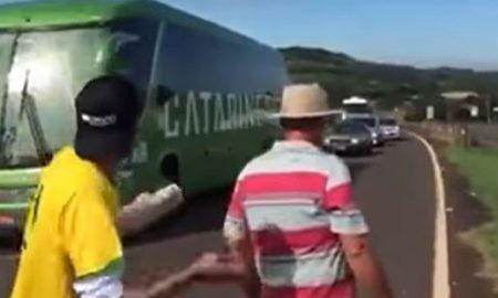СП 2018: Бразилците со камења дочекани во татковината (ВИДЕО)