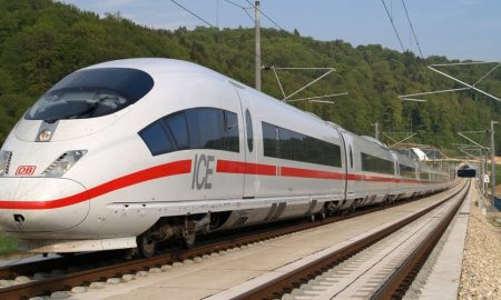 Германeц се возел меѓу два вагона од воз со 200 километри на час